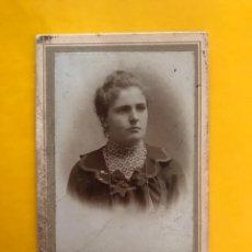Fotografía antigua: MUNICH (ALEMANIA) FOTOGRAFÍA SEÑORA CON SERIO SEMBLANTE. FOTÓGRAFO: ADOLF KOESTLER (H.1890?). Lote 195158757