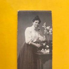 Fotografía antigua: ALEMANIA. FOTOGRAFÍA ANTIGUA. SEÑORA CON FLORES. FOTÓGRAFO: GUSTAV SCHWEDES (H.1900?). Lote 195160370