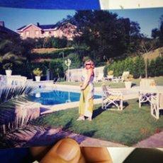 Fotografía antigua: FOTOGRAFÍA MUJER EN TERRAZA AL FONDO PISCINA. Lote 195380497