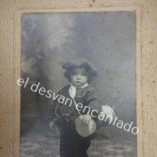 Fotografía antigua: ANTIGUA ALBÚMINA NIÑO CON TRAJE VASCO POSANDO EN ESTUDIO YRLA Y VIAL. BARCELONA. 15 X 10 CTMS. Lote 195489633