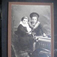 Fotografía antigua: NIÑOS EN COCHE DE JUGUETE. 13.5 X 9 CMS. FOTO O.UNAL. GERONA. Lote 199057158