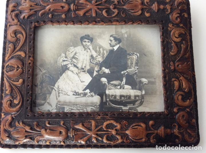 Fotografía antigua: Fotografía siglo XIX de pareja con trajes de la época y precioso marco de cuero repujado - Foto 2 - 130199391
