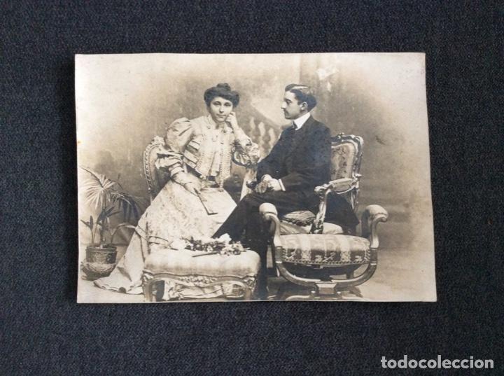 Fotografía antigua: Fotografía siglo XIX de pareja con trajes de la época y precioso marco de cuero repujado - Foto 3 - 130199391