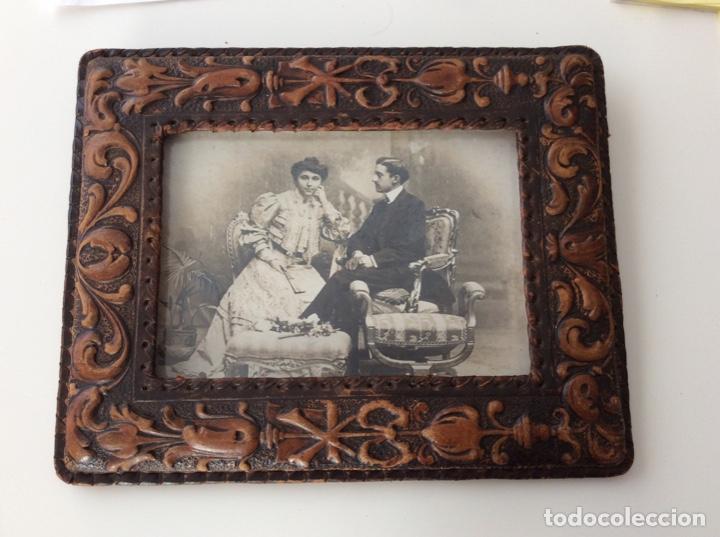Fotografía antigua: Fotografía siglo XIX de pareja con trajes de la época y precioso marco de cuero repujado - Foto 6 - 130199391