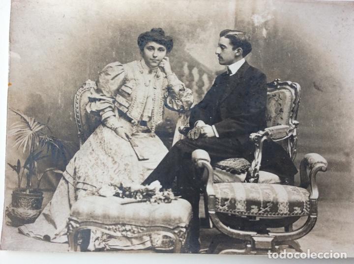 Fotografía antigua: Fotografía siglo XIX de pareja con trajes de la época y precioso marco de cuero repujado - Foto 10 - 130199391