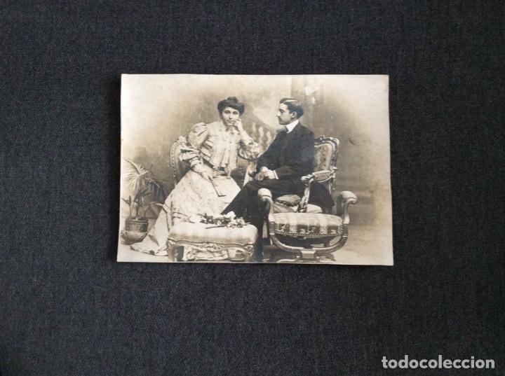 Fotografía antigua: Fotografía siglo XIX de pareja con trajes de la época y precioso marco de cuero repujado - Foto 11 - 130199391