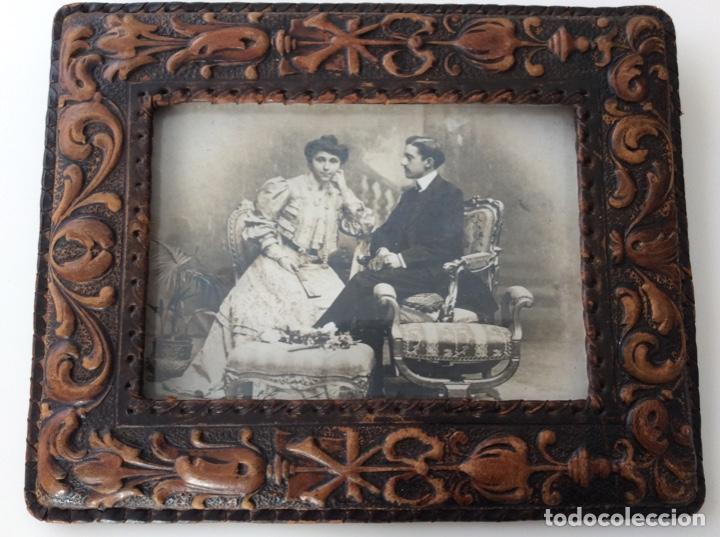 Fotografía antigua: Fotografía siglo XIX de pareja con trajes de la época y precioso marco de cuero repujado - Foto 12 - 130199391