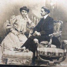 Fotografía antigua: FOTOGRAFÍA SIGLO XIX DE PAREJA CON TRAJES DE LA ÉPOCA Y PRECIOSO MARCO DE CUERO REPUJADO. Lote 130199391