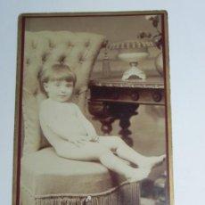 Fotografía antigua: FOTOGRAFIA ALBUMINA DE NIÑO DESNUDO, FOTO FENON, SANTANDER, MIDE 16,5 X 10,5 CMS.. Lote 203206668