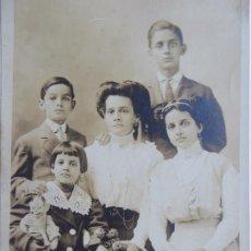Fotografía antigua: F-4675. FOTOGRAFIA FAMILIAR DE ESTUDIO. MADRE ESPAÑOLA CON SUS CUATRO HIJOS. NEW YORK, 1909.. Lote 205596917