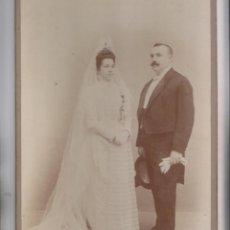 Fotografía antigua: FOTOGRAFÍA. RECIÉN CASADOS. VAALLADOLID. VALERA HERMANOS. PASAGE DE GUTIÉRREZ. 33 X 19 CM. Lote 206588571