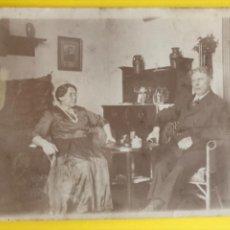Fotografía antigua: ANTIGUA FOTO ALBUMINA MATRIMONIO SALON MUJER CON LENTES 8,8X11,7 CM. Lote 206774723