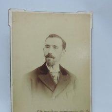 Fotografía antigua: FOTOGRAFIA ALBUMINA DEL ESCRITOR ALICANTINO CARLOS ARNICHES, CON DEDICATORIA Y FIRMA MANUSCRITA EN 1. Lote 206914386
