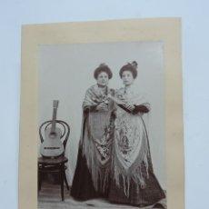 Fotografía antigua: FOTOGRAFIA DE MUJERES CON MANTON DE MANILA, CON GUITARRA ESPAÑOLA, FLAMENCO, MIDE 16 X 11 CMS.. Lote 207167952