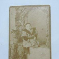 Fotografía antigua: FOTOGRAFIA ALBUMINA DE NIÑO. FOTO CALVET Y SIMON. MIDE 16,5 X 11 CMS.. Lote 207353566