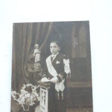 Fotografía antigua: FOTOGRAFIA ALBUMINA DE JOVEN NIÑO REALIZANDO SU PRIMERA COMUNION, FINALES DE SIGLO XIX. MIDE 16,5 X. Lote 207353626