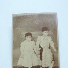 Fotografía antigua: FOTOGRAFIA ALBUMINA DE JOVENES NIÑAS, FINALES DE SIGLO XIX. MIDE 15 X 11 CMS.. Lote 207353691