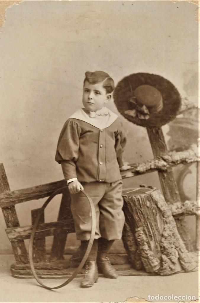 Fotografía antigua: NIÑO CON UN ARO - COMPANY FOTÓGRAFO, MADRID - 1º ENERO DE 1899 - Foto 2 - 210934999