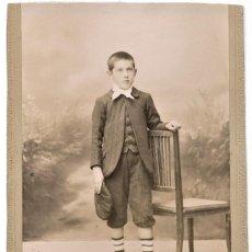 Fotografía antigua: NIÑO DE PIE APOYADO EN UNA SILLA - FOTÓGRAFO L. AGUILAR, MADRID - FINALES S. XIX PRINCIPIOS XX. Lote 210935650
