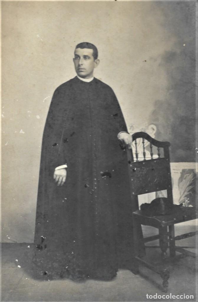 Fotografía antigua: CURA PÁRROCO DE LA CAMPANA (SEVILLA) - FOTÓGRAFO A.MORALES, SEVILLA - FECHADA 1º MAYO 1909 - Foto 2 - 210936929