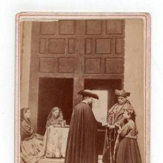 Fotografía antigua: CÓRDOBA.- EN LA PUERTA DE UNA IGLESIA. FOTO J. LAURENT 16,5X11.TOTALES.. Lote 211495194