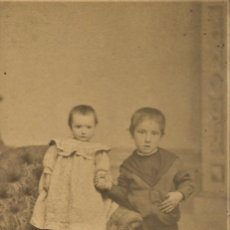 Fotografía antigua: RETRATO DE DOS NIÑOS RARO - FOTÓGRAFO MIGUEL OLIVENZA, BADAJOZ - FINALES SIGLO XIX PRINCIPIOS XX. Lote 212033218