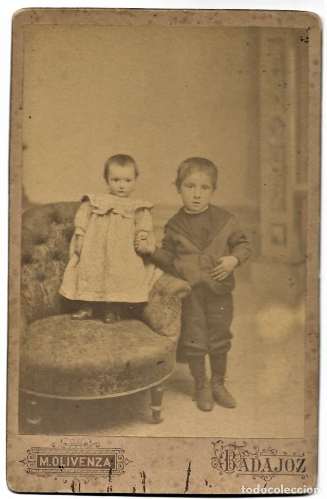 Fotografía antigua: RETRATO DE DOS NIÑOS RARO - FOTÓGRAFO MIGUEL OLIVENZA, BADAJOZ - FINALES SIGLO XIX PRINCIPIOS XX - Foto 2 - 212033218