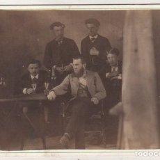 Fotografía antigua: CURIOSA FOTOGRAFÍA DE GRUPO INTERIOR DE UN BAR. NO FIGURA FOTÓGRAFO. 16 X 11 CM. Lote 212483991