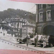 Fotografía antigua: FOTOGRAFÍA. HOTEL FREIENHOF, THUN, SUIZA. COCHE PONTIAC SILVER STREAK. MATR. HOLANDA. AÑOS 40.. Lote 213964242