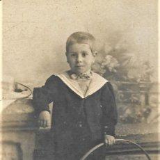 Fotografía antigua: FOTOGRAFÍA DE UN NIÑO CON ARO FINALES S. XIX PRINCIPIOS DEL XX - CELEDONIO P. LÓPEZ, MADRID. Lote 214098655