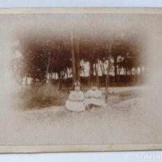 Fotografía antigua: ANTIGUA FOTOGRAFIA DOS NIÑAS SENTADAS EN EL CAMPO, AÑOS 10. Lote 214240022