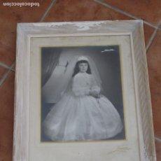 Fotografía antigua: CUADRO CON CRISTAL Y ANTIGUA FOTOGRAFIA. COMUNION. VER DESCRIPCION.. Lote 216001490