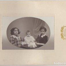 Photographie ancienne: FOTOGRAFIA DE NIÑOS PEGADA SOBRE CARTULINA. FOTO GARAY, VALLADOLID, SOBRE 1920 - ALBUMINA-2962. Lote 218633343