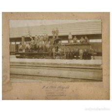 Fotografía antigua: LOCOMOTORA CON FERROVIARIOS - FOTO: OLALDE, BARCELONA. 1900'S. FOTO 15X22,5CM.. Lote 219439935