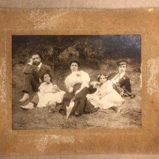 Fotografía antigua: FAMILIA EN EL CAMPO. FOTOGRAFÍA ALBUMINA. HIJOS DE COMADIRA FOTÓGRAFOS (GUERNICA). Lote 219649770