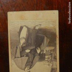 Fotografía antigua: FOTOGRAFIA ALBUMINA TIPO CDV, CABALLERO CON TUNICA, FOTO J. SANCHEZ, MADRID, MIDE 10,5 X 6 CMS. APRO. Lote 221130387