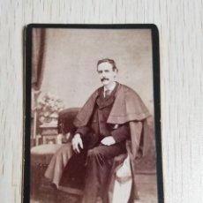 Fotografía antigua: FOTOGRAFIA ALBUMINA TIPO CDV, CABALLERO CON TUNICA, FOTO NICOLAS ELEJADE, MADRID, MIDE 10,5 X 6 CMS.. Lote 221131132