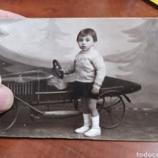 Fotografía antigua: FOTO ANTIGUA ,COCHE DE JUGUETE.. Lote 221868407