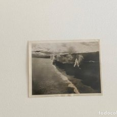 Fotografía antigua: ROBERT CAPA , FOTOGRAFIA ORIGINAL SELLADA AL REVERSO , TEMA GUERRA - BOMBARDEO DE COSTAS. Lote 222025576