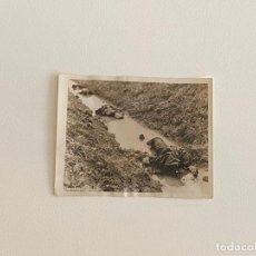 Fotografía antigua: ROBERT CAPA , FOTOGRAFIA ORIGINAL SELLADA AL REVERSO , TEMA GUERRA - CADÁVERES. Lote 222026387