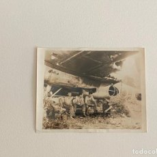 Fotografía antigua: ROBERT CAPA , FOTOGRAFIA ORIGINAL SELLADA AL REVERSO , TEMA GUERRA -. Lote 222026783