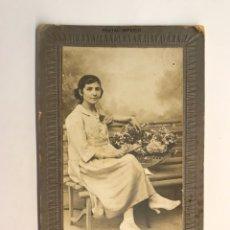 Fotografía antigua: PEREZ FOTOGRAFO, VALENCIA. FOTOGRAFÍA IMPERIO. JOVEN VALENCIANA CON RAMO DE FLORES.. (H.1920?). Lote 222274982