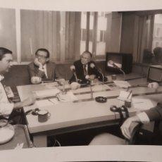 Fotografía antigua: SANTIAGO CARRILLO , HERRERO DE MIÑON ,ERNEST LLUCH Y ANTONIO HERRERO EN LA TARANTULA . AÑO 1992.. Lote 222839993