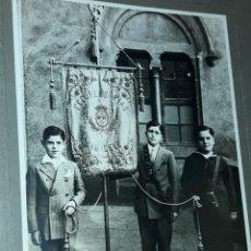 Fotografía antigua: ANTIGUA FOTOGRAFÍA ALBÚMINA ESCUELAS PÍAS DE SABADELL TRES NIÑOS CON ESTANDARTE SOBRE CARTÓN. Lote 223653186