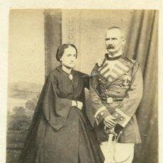 Fotografia antica: MILITAR ESPAÑOL CON SU ESPOSA. FILIPINAS MANILA TENIENTE CORONEL CAZADORES INFANTERIA. H. 1870. Lote 224325436