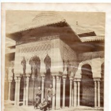 Fotografía antigua: GRANADA. ALHAMBRA CON VISTANTES. SIGLO XIX. ALBUMINA. Lote 224582190