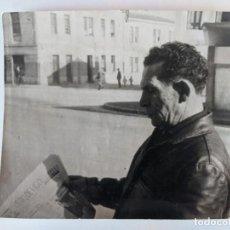 Fotografía antigua: CURIOSA FOTOGRAFIA DE BASILIO LOPEZ MAYO VENDEDOR DE FARO DE VIGO EN LA CORUÑA CON QUINIELA 14. Lote 227205435