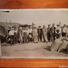 Fotografia antiga: ANTIGUA FOTOGRAFÍA DE UN GRUPO DE CAMPESINOS EN LA ZONA DE ALMODOVAR DE CAMPO AÑO 1954. Lote 232341925