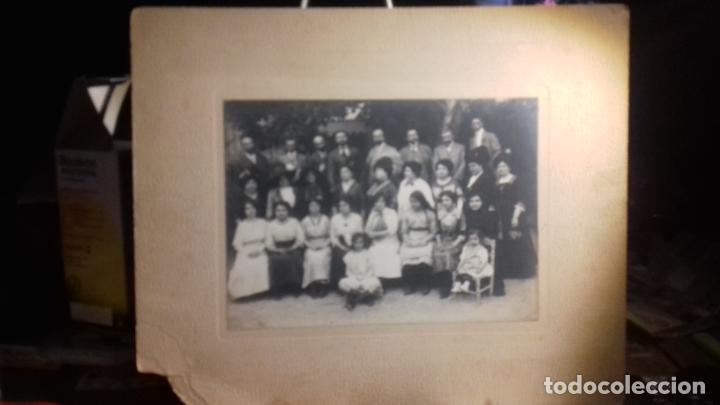 Fotografía antigua: ANTIGUA FOTO DE FAMILIA .AUTOR DESCONOCIDO MIDE 29X35 CM - Foto 2 - 233484210