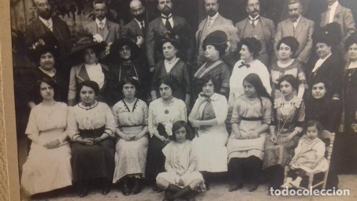 Fotografía antigua: ANTIGUA FOTO DE FAMILIA .AUTOR DESCONOCIDO MIDE 29X35 CM - Foto 3 - 233484210